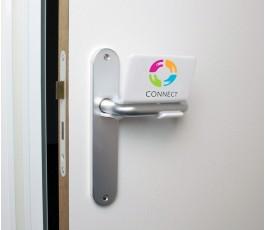 abrepuertas proteccion covid impreso a color colocado en el pomo