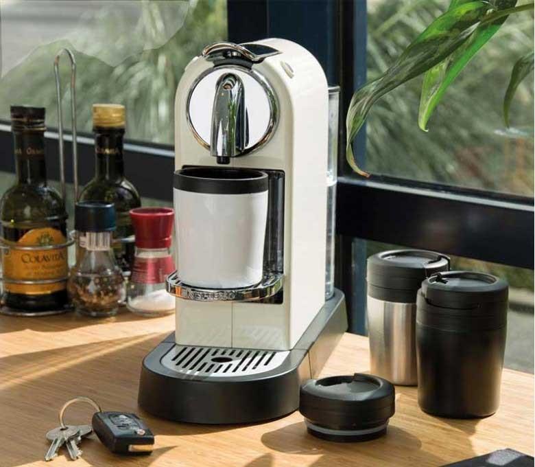 taza CoffeeToGo color blanco en maquina de cafe Nespresso