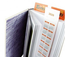 Marcapaginas con calendario impreso colocado en libro