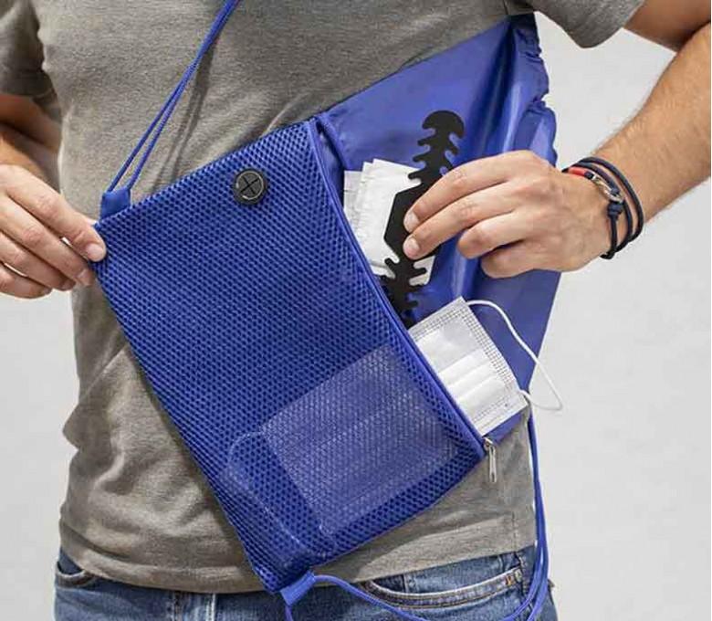 hombre usando las mochila de cuerdas con bolsillo exterior facil acceso con mascarilla