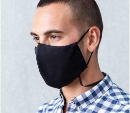 hombre con mascarilla publicitaria para colgar