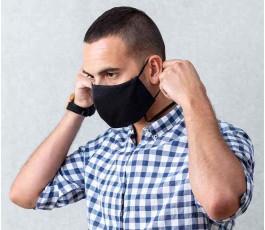 hombre colocandose la mascarilla publicitaria para colgar
