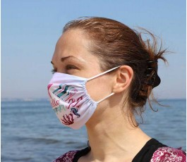 Mujer en la playa con mascarilla personalizada por sublimacion