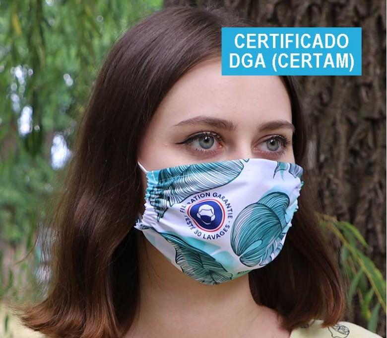Mujer con mascarilla personalizada a todo color