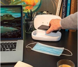 mesa de trabajo con estirilizador UV-C con cargador inalambrico y movil colocado