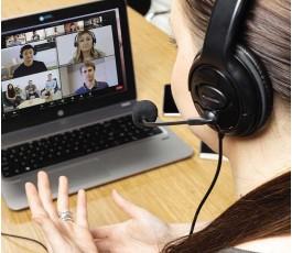 mujer hablando con los auriculares para videollamada modelo K329151