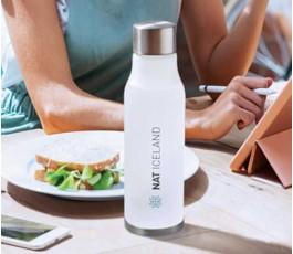 botella de agua personalizada de RPET modelo C6237 en una mesa de trabajo
