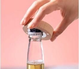 mano abriendo una botella con el abridor magnetico modelo A6710