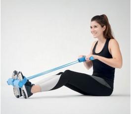 mujer usando la cuerda de tension para hacer ejercicio en casa