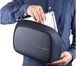 hombre colocando el portatil en la mochila publicitaria antirrobo y proteccion RFID