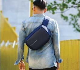 hombre llevando la mochila publicitaria antirrobo y proteccion RFID