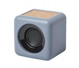 altavoz bluetooth de cemento de piedra caliza y corcho en fondo blanco