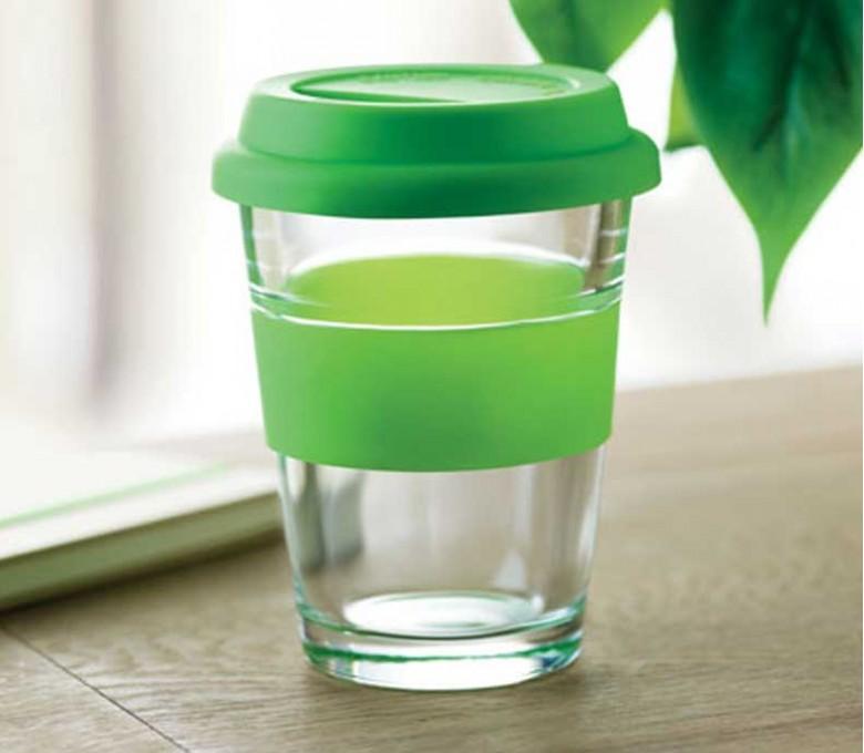 vaso de cristal con tapa y franja de silicona color verde encima de una mesa