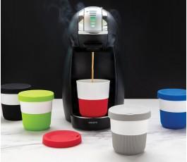 cafetera con surtido de tazas ecologicas de PLA y silicona en varios colores