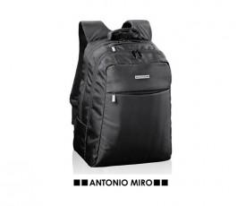 mochila de la marca Antonio Miro modelo A7241 color negro en fondo blanco
