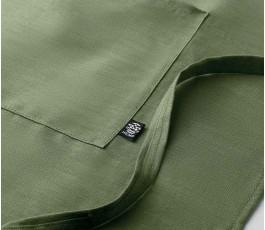 detalle del bolsillo del delantal de cocina de canamo de color verde