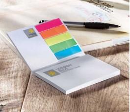 bloc de notas adhesivas publicitarias personalizo a todo color abiero encima de una mesa