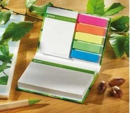 bloc de notas adhesivas de tapa dura totalmente personalizado abierto en mesa de trabajo