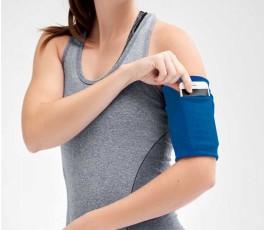 mujer haciendo deporte colocando el brazalete funda para el movil de color azul
