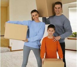 tres personas con sudadera unisex de cuello redondo modelo Dublin cargando cajas