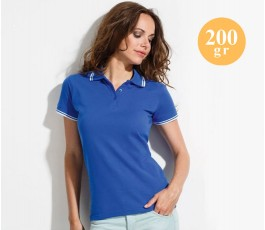 mujer con polo manga corta de color azul y detalles en blanco