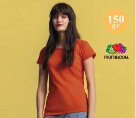 mujer con camiseta iconic y sellos