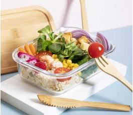 fiambrera de cristal y bambu con tres cubiertos y comida en el interior