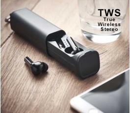estuche con dos auriculares TWS color negro en mesa de trabajo