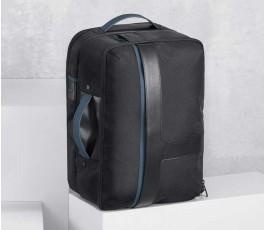 mochila y bolsa de viaje juntas en fondo claro