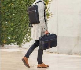 hombre llavando mochila y bolsa de viaje por separado