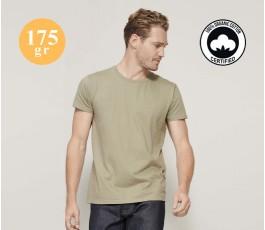 hombre con camiseta publicitaria de algodon organico color natural y sellos