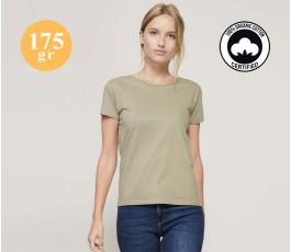 mujer con camiseta de algodon organico color natural y sellos