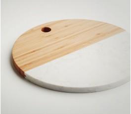 vista lateral de la tabla para cortar redonda de madera de bambú y mármol blanco