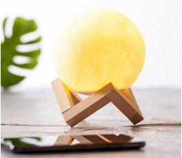 altavoz en forma de bola con lampara en base de madera colocada en una mesa