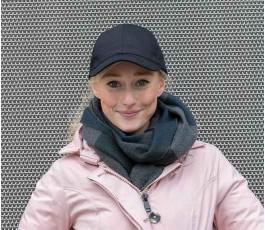 mujer con gorra publicitaria de algodon reciclado IMPACT de color negro