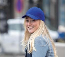 mujer con gorra publicitaria de algodon reciclado IMPACT de color azul