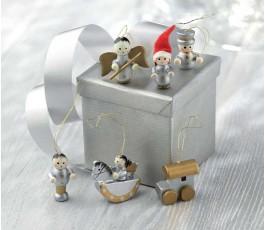 6 adornos para colgar en el arbol de Navidad alrededor de una caja