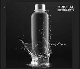 botella de cristal de borosilicato en fondo negro con agua