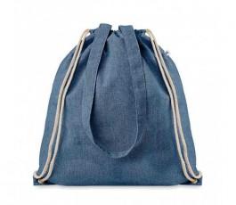bolsa mochila de cuerdas y asas largas de material reciclado color azul cerrada