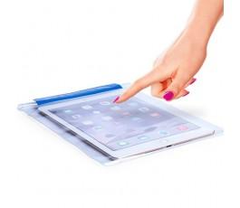 funda impermeable para tablet con persona usando la tablet