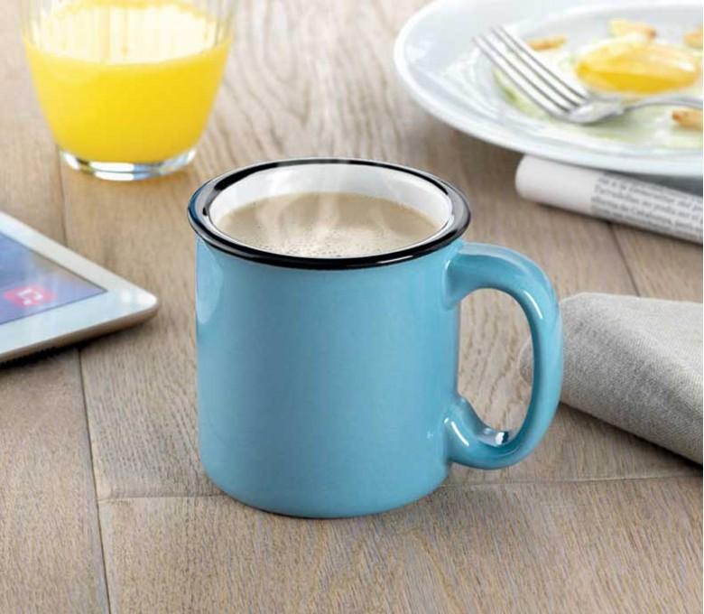taza vintage modelo C9243 de color azul en una mesa de desayuno