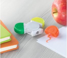 marcador spinner con tres colores usandose sobre una mesa