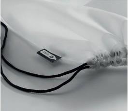 detalle de la etiqueta RPET en la mochila de cuerdas modelo C9440 de color blanco