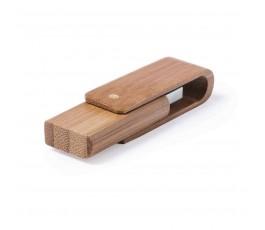 memoria usb de bambu cerrada en fondo blanco