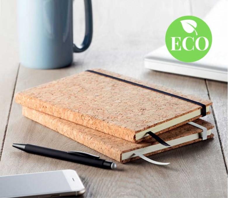 libreta tipo moleskine A5 de corcho colocada en la mesa y con sello ECO