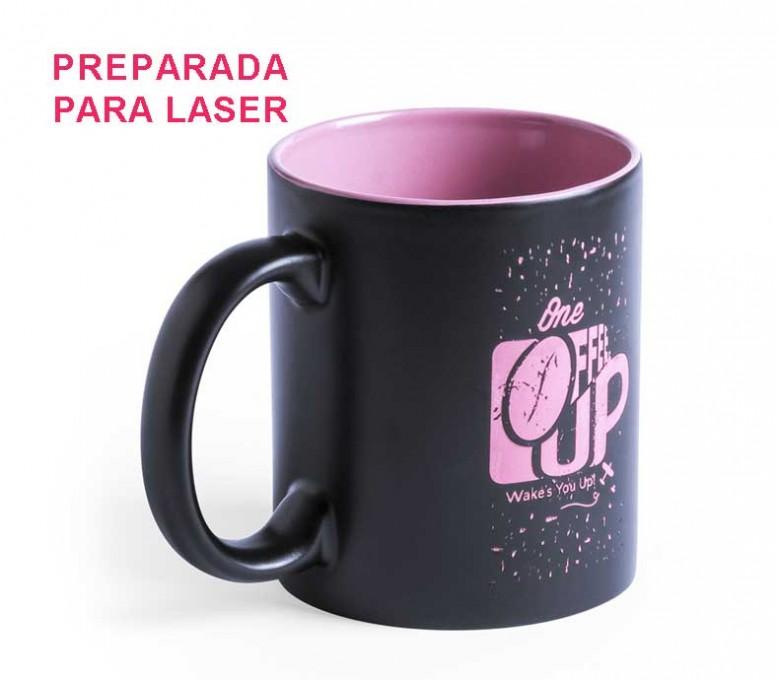taza negra e interior rosa preparada para personalizacion con laser con logo