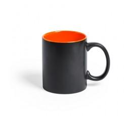 taza negra e interior naranja preparada para personalizacion con laser