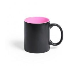 taza negra e interior rosa preparada para personalizacion con laser