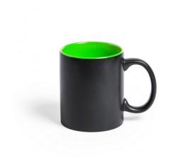taza negra e interior verde preparada para personalizacion con laser