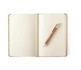 Set de libreta abierta y bolígrafo en corcho